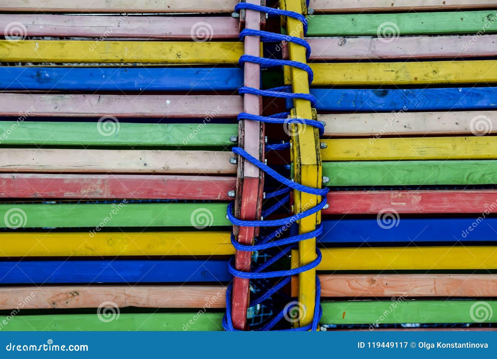 Cuerda brillante y azul de los tableros del extracto de madera multicolor del fondo