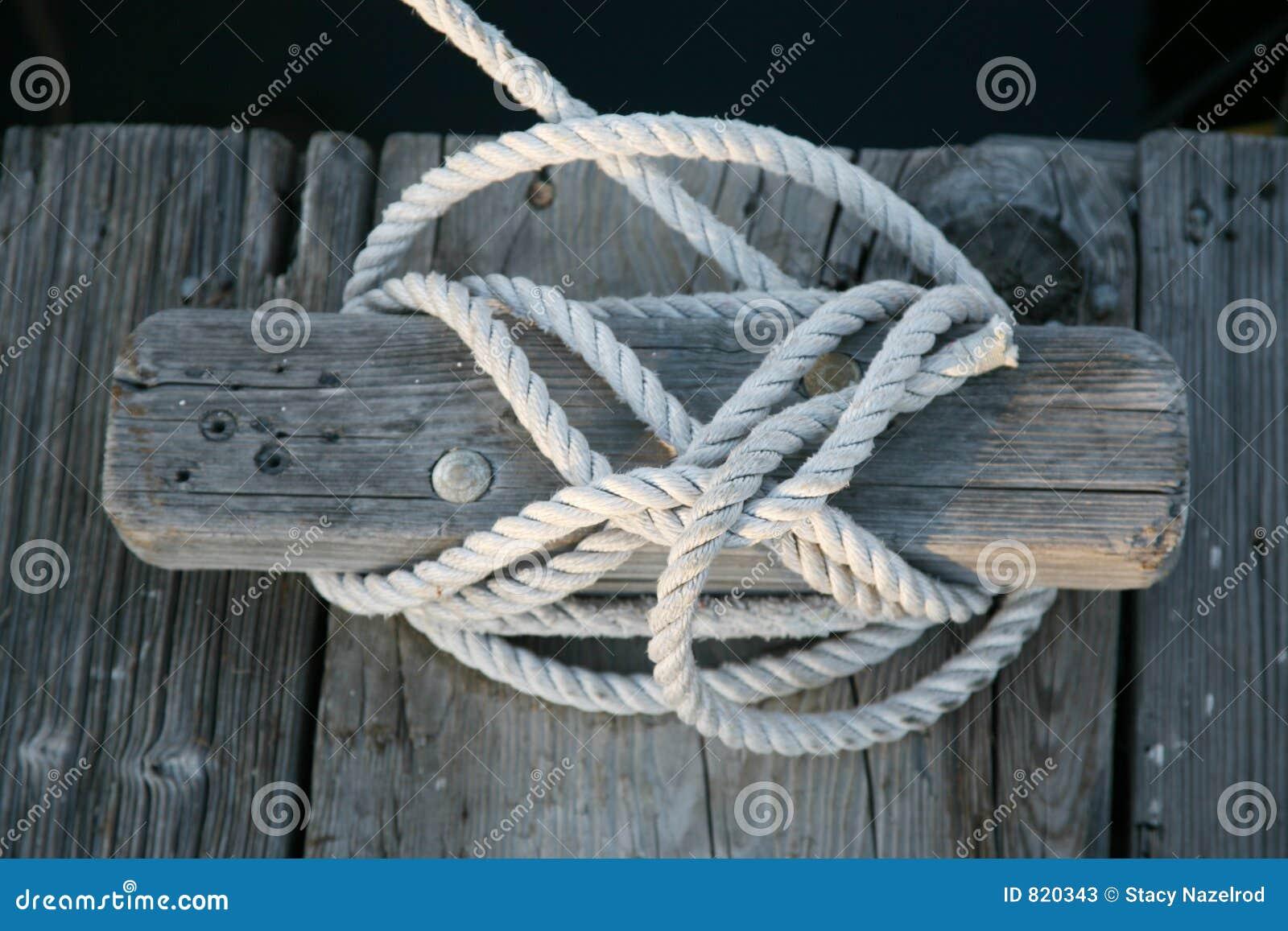 Cuerda de barco atada a la grapa