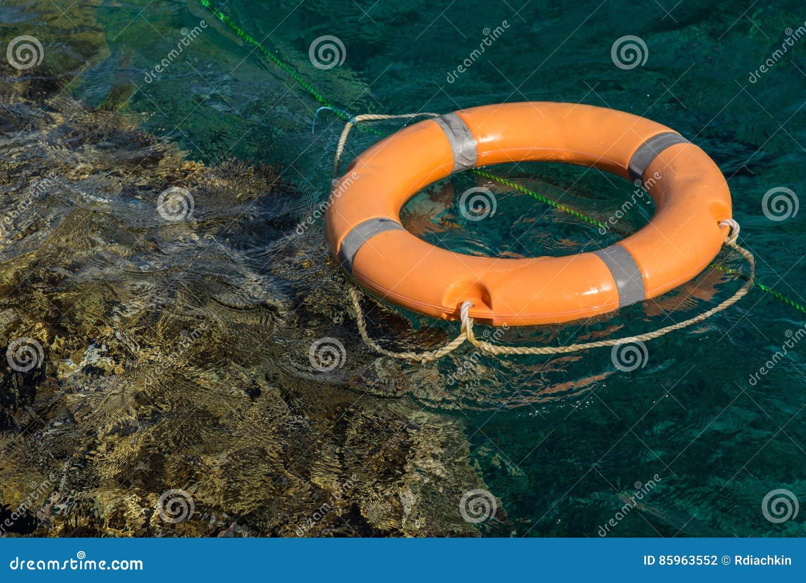 Cuerda de salvamento en el Mar Rojo cerca del arrecife de coral