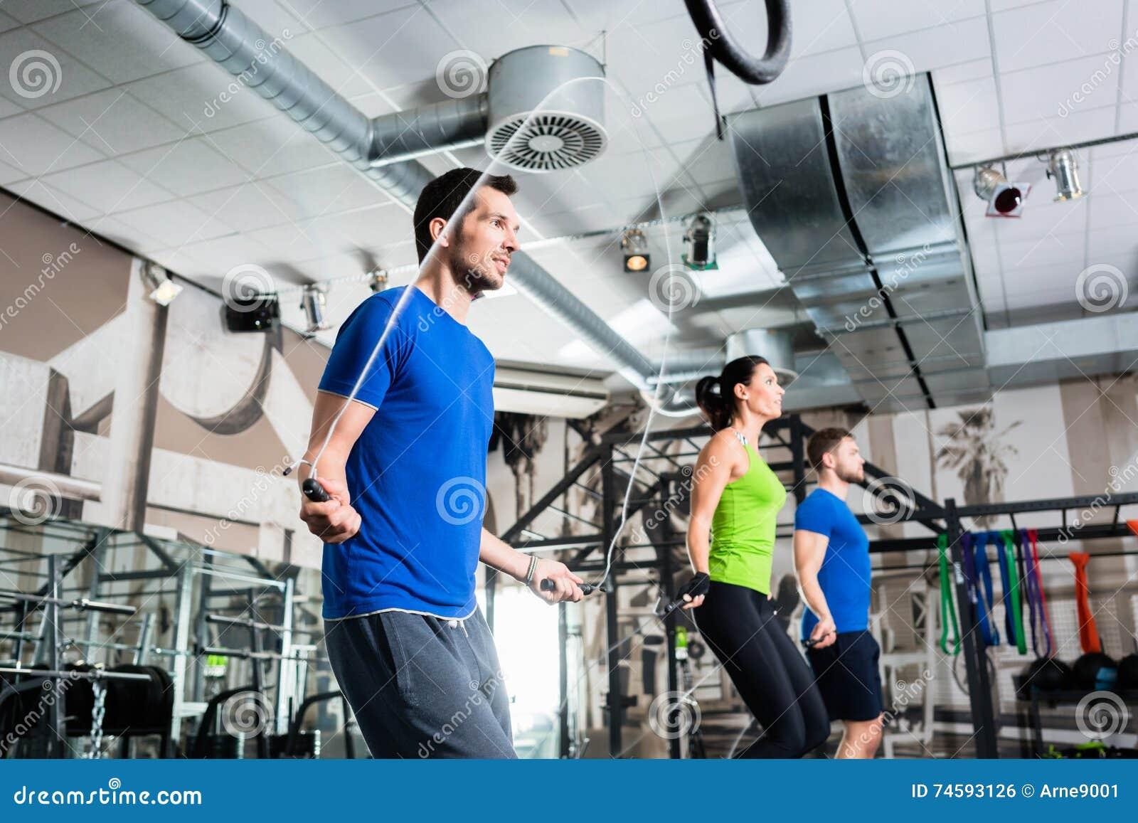 Cuerda del grupo que salta en el entrenamiento funcional