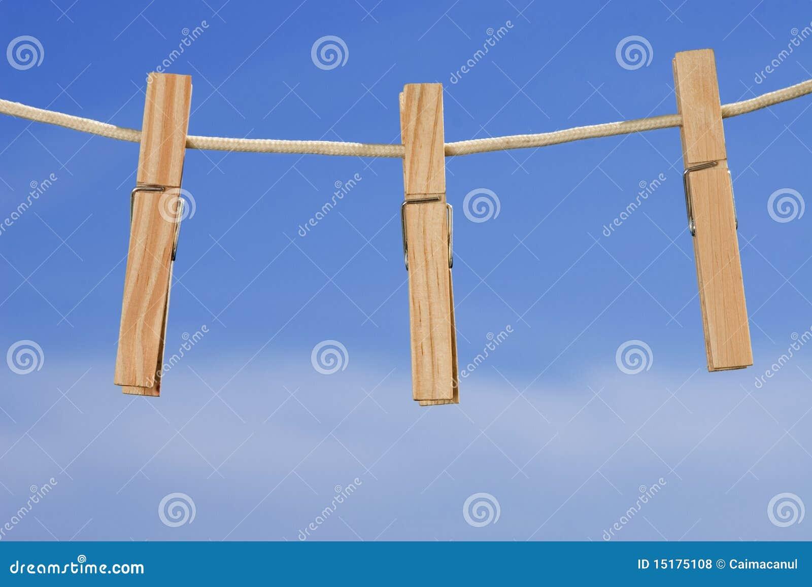 Cuerda para tender la ropa y clavijas en fondo del cielo - Magor tendederos ...