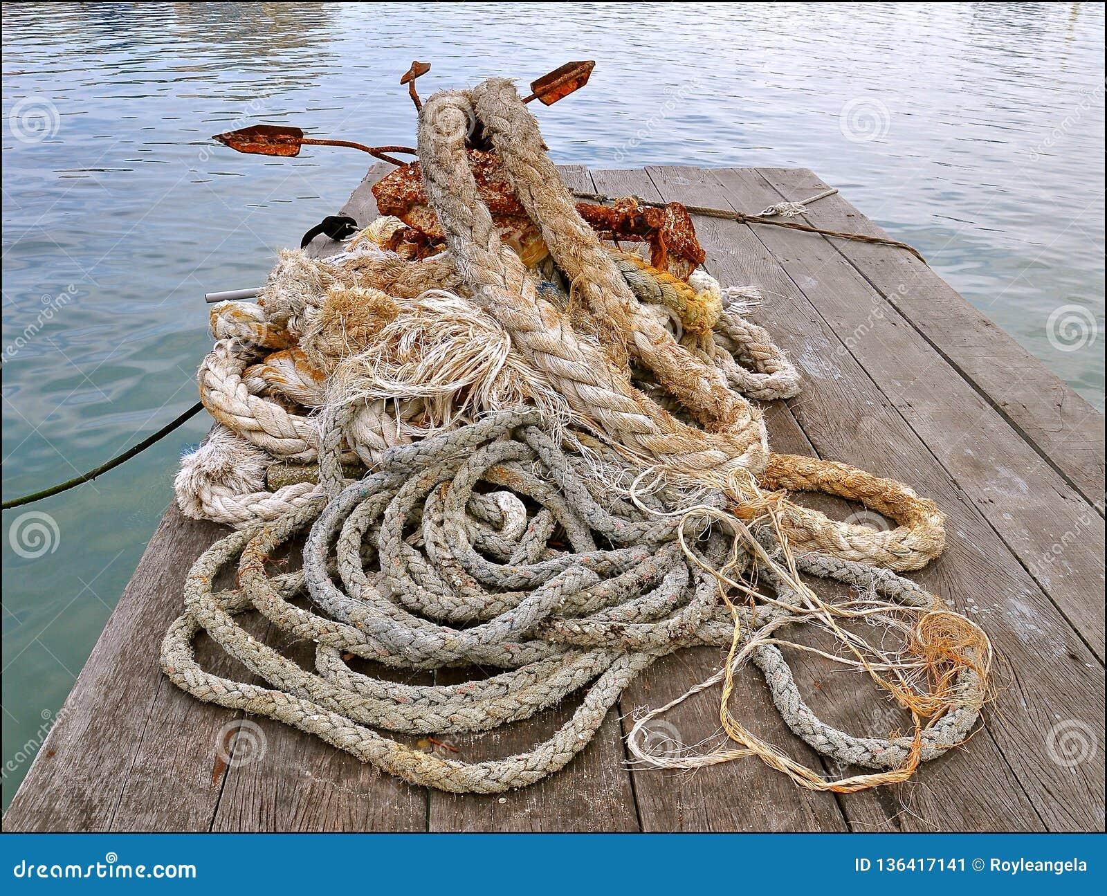 Cuerdas y ancla oxidada
