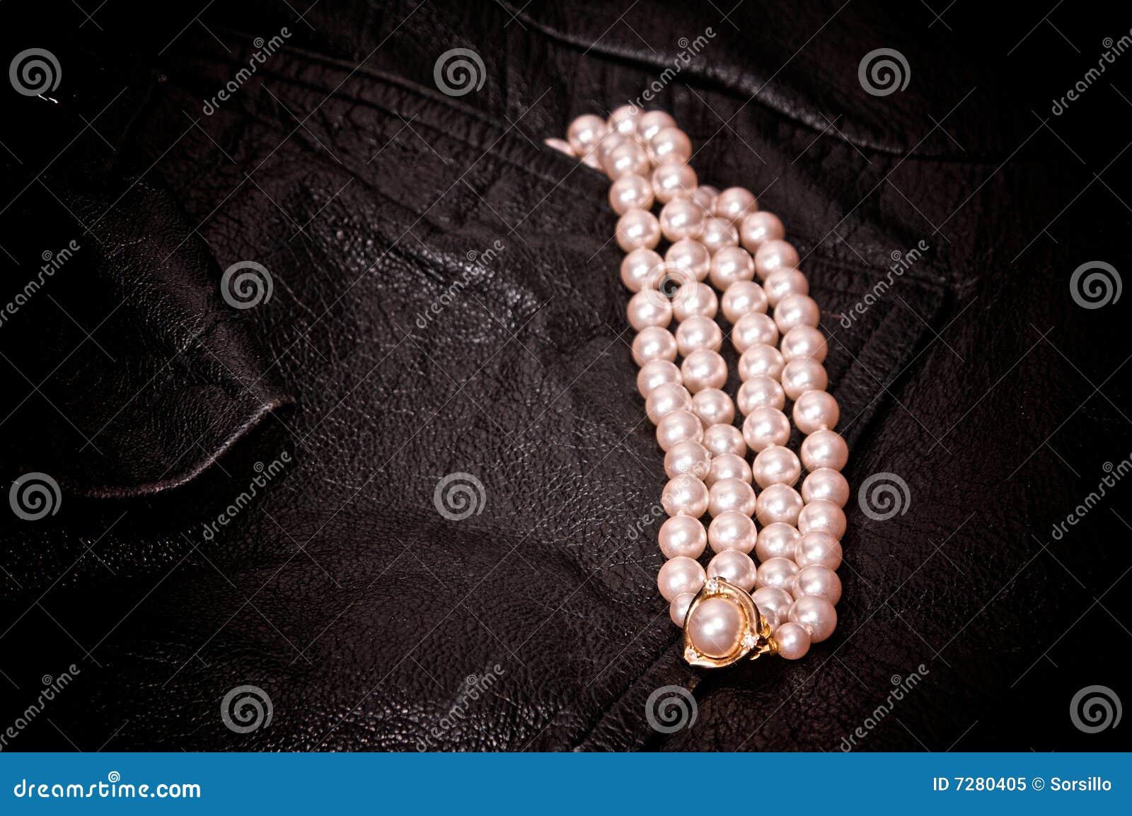 Cuero y perlas negros