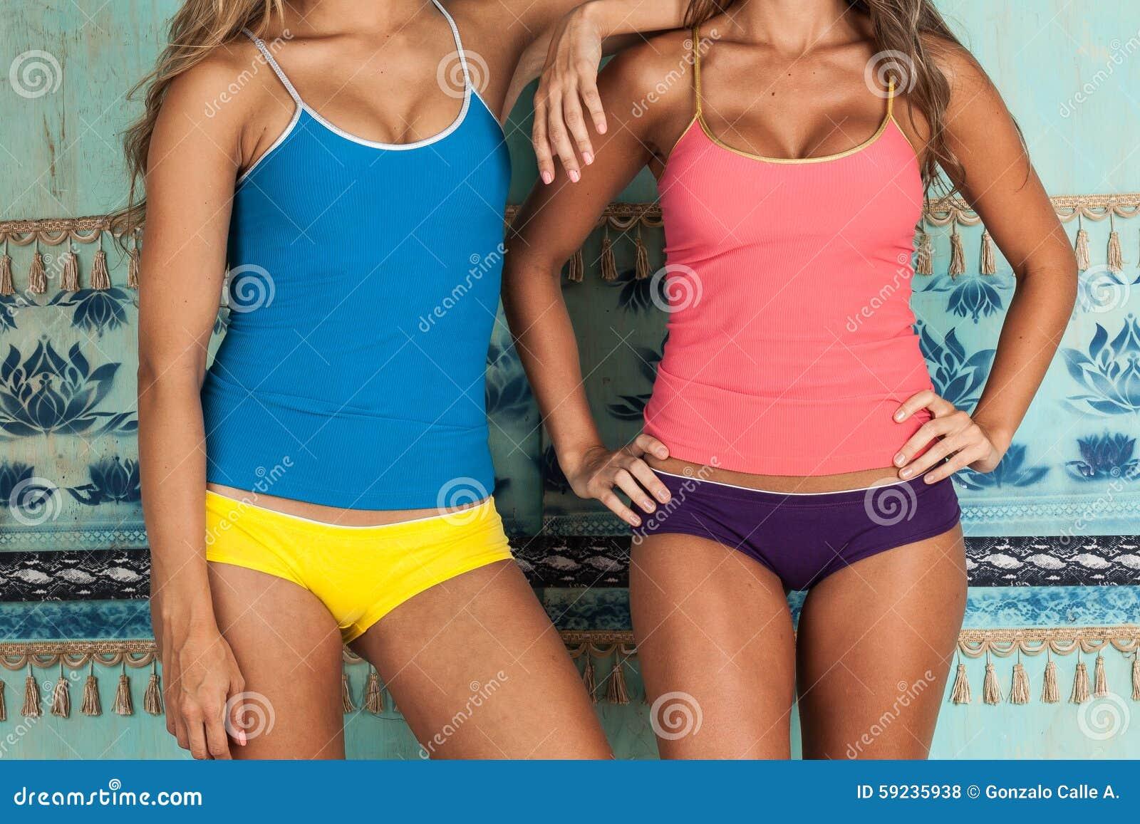 Cuerpos hermosos de las mujeres que modelan la ropa interior