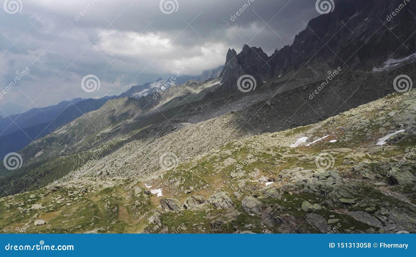 Cuesta de montaña desnuda en el macizo de Mont Blanc, Haute-Savoie, Francia, Europa