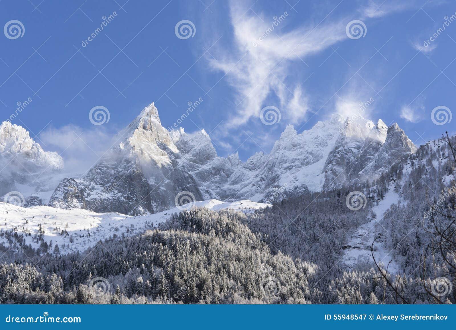 Cuestas alpinas nevadas en Chamonix