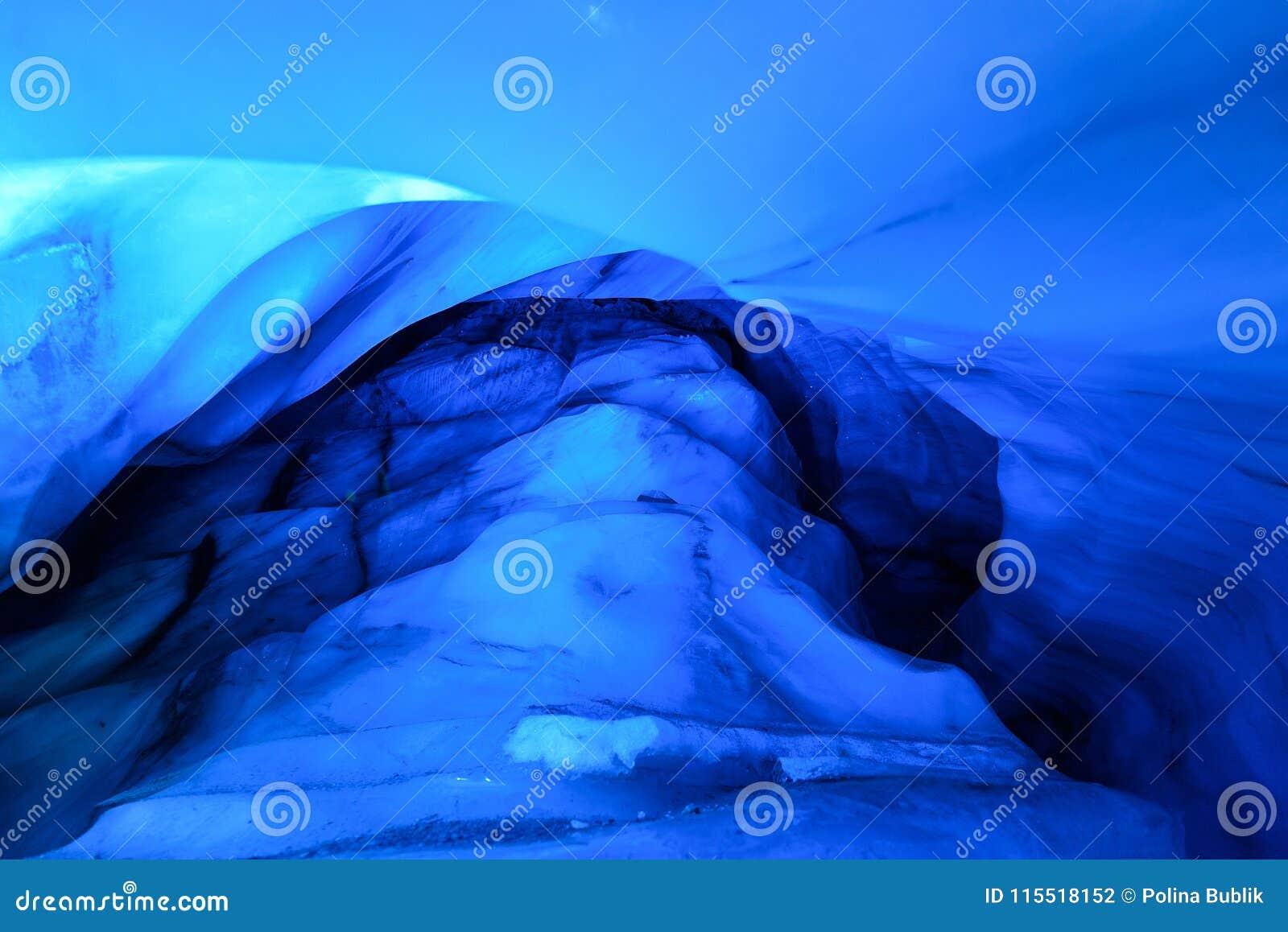 Cueva de hielo septentrional ártica en Noruega Svalbard en la ciudad de Longyearbyen