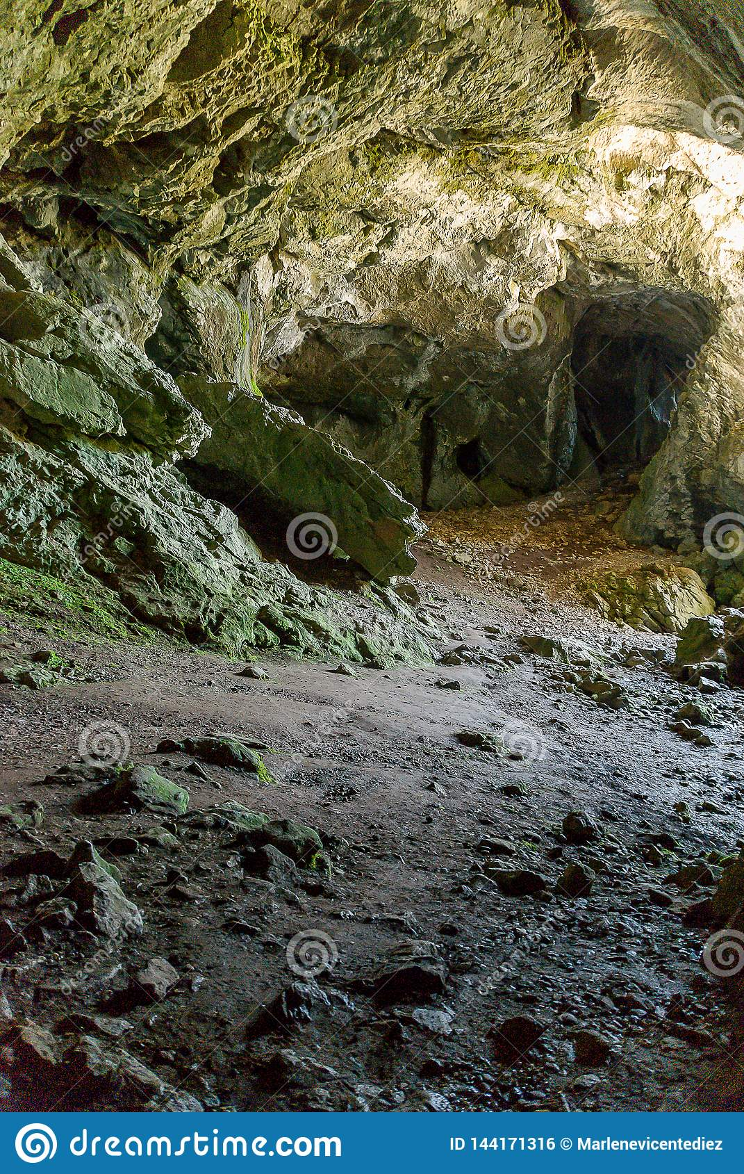 Cueva koppar, f?delse av floden Pisuerga i nationalparken av Fuentes Carrionas Palencia