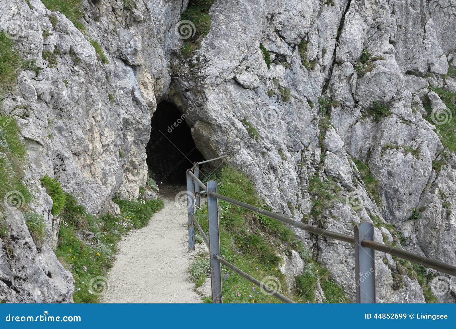 Cueva misteriosa en la roca y el rastro