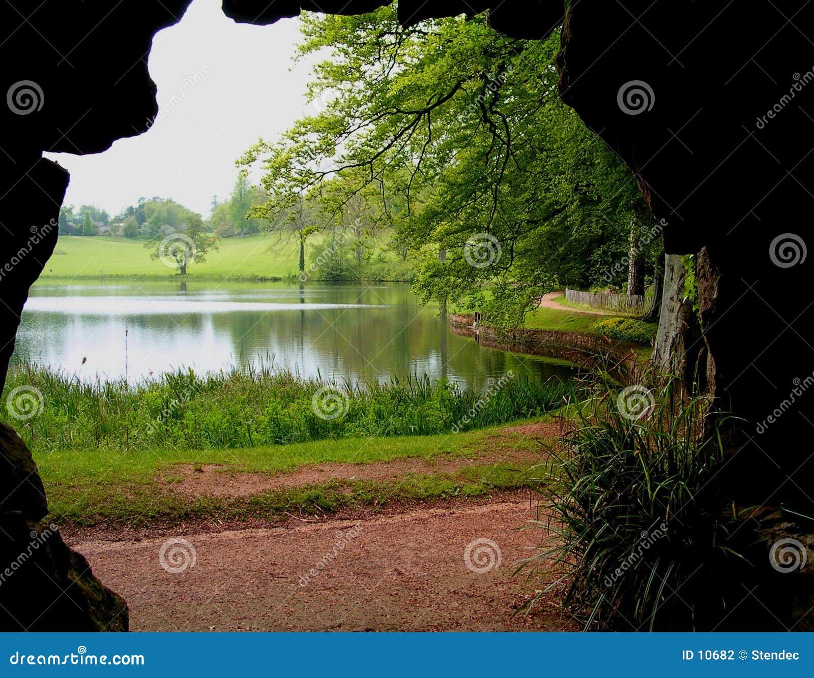 Cueva y lago