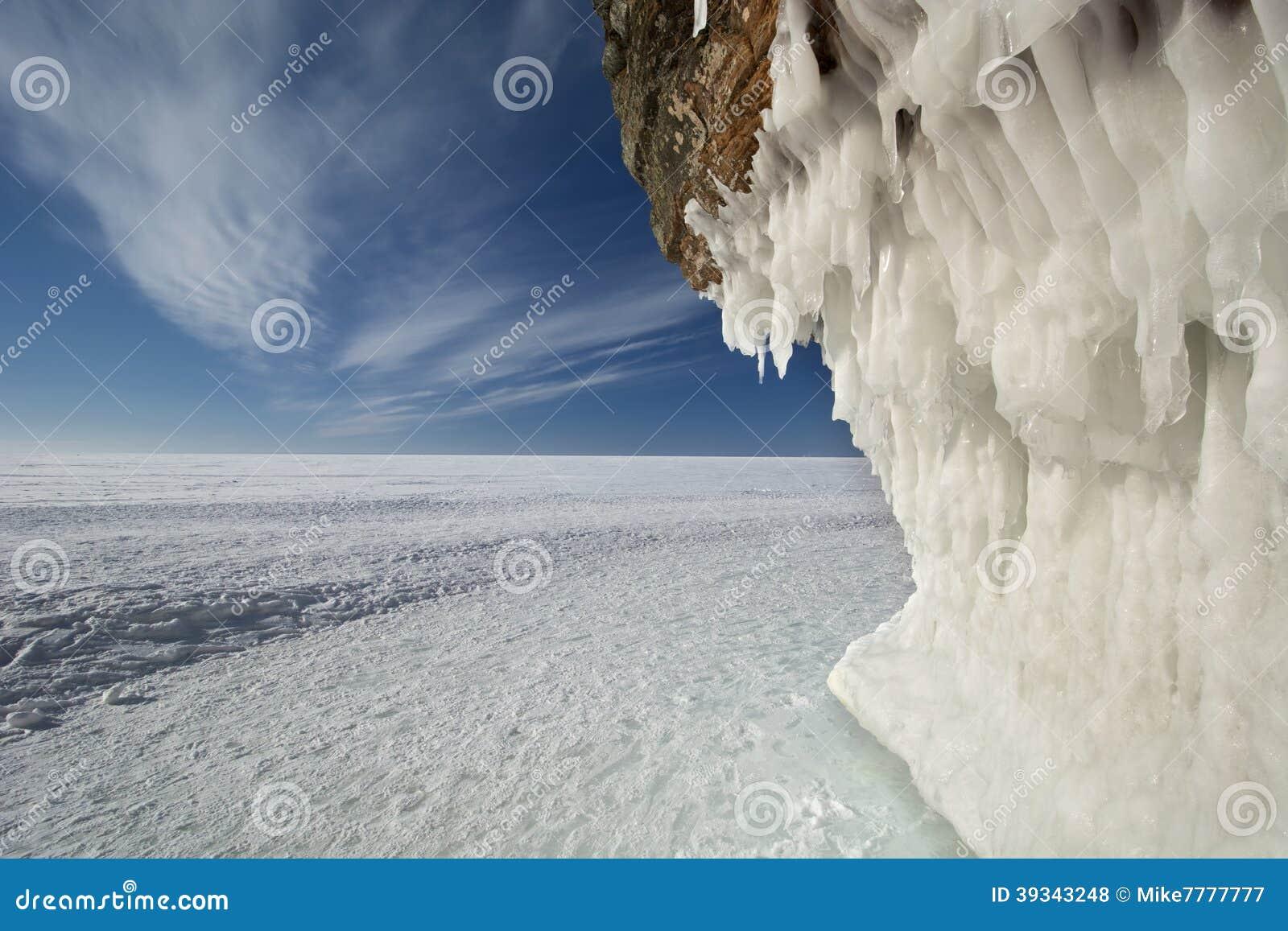 Cuevas de hielo de las islas del apóstol en el lago Superior congelado, Wisconsin