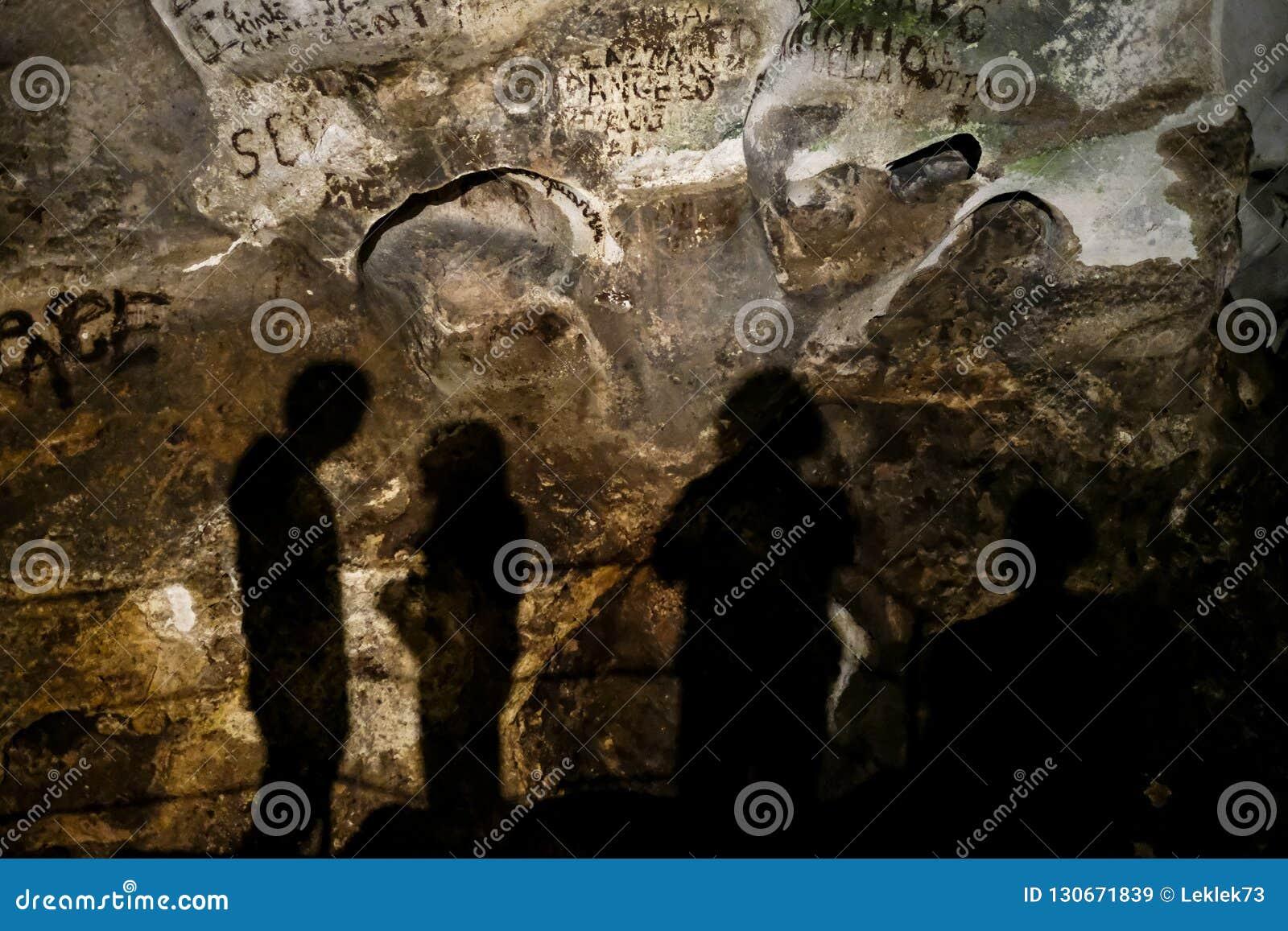 Cuevas de Zinzulusa, cerca de Castro en la península de Salento en Puglia, Italia Las sombras de cuatro personas se pueden ver co