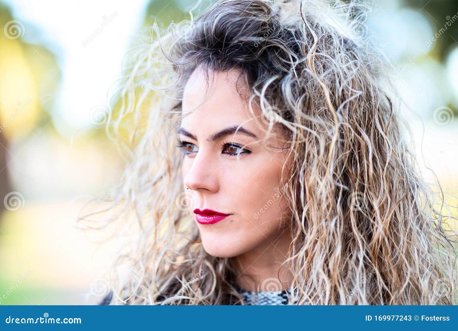 Cuffia Di Bella Donna Dai Capelli Ricci Immagine Stock ...