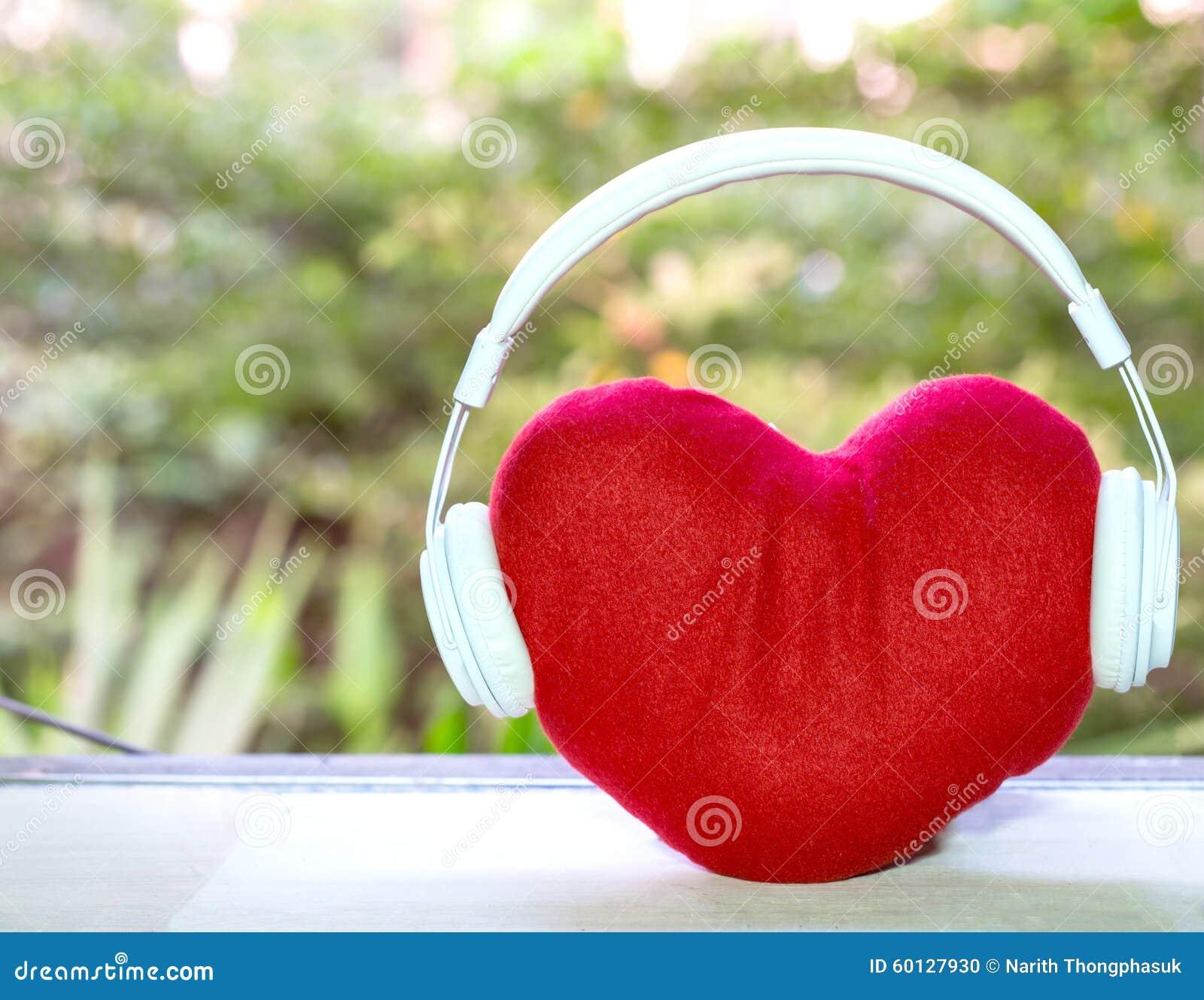Cuffie con cuore rosso sulla tavola musica di amore for A tavola con guy