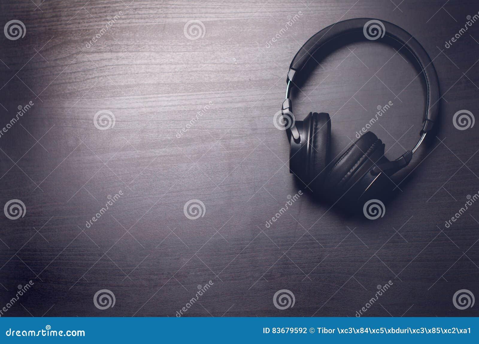 Cuffie su un fondo scuro Accessori di musica Cuffie di Bluetooth senza cavo
