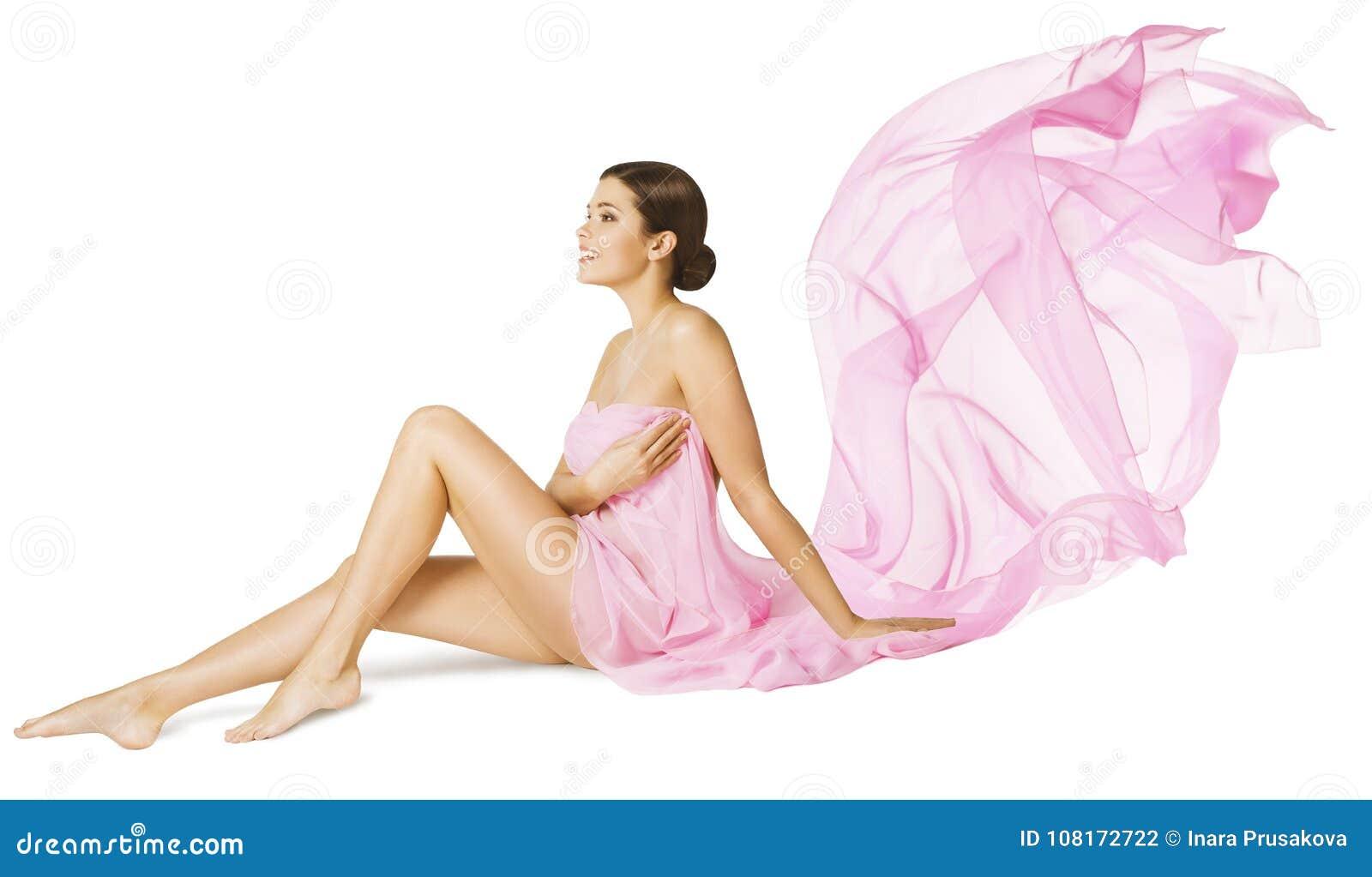 Cuidado da beleza do corpo da mulher, modelo  sexy  no vestido de fluxo do voo cor-de-rosa