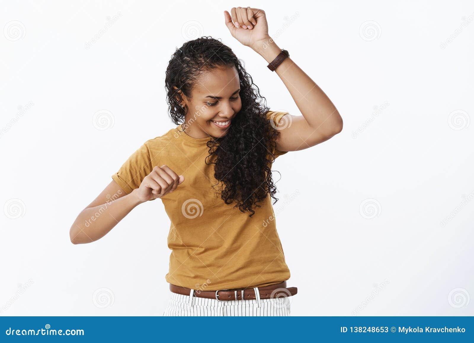 Cuidado de doação despreocupado da dança da menina se qualquer um olhando tendo o divertimento que mostra movimentos frescos da d
