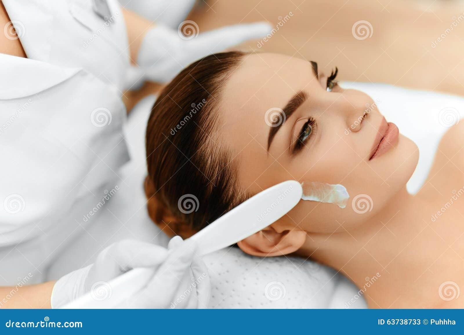 Cuidado de pele Creme cosmético na cara da mulher Tratamento dos termas da beleza