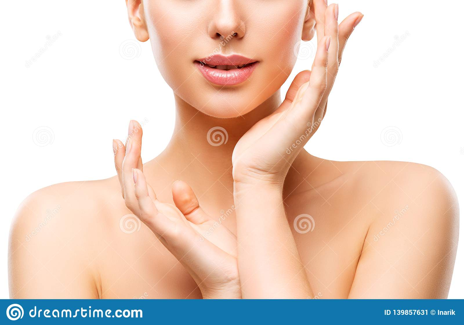 Cuidado de piel natural de la belleza, mujer que toca la cara a mano, chica joven en blanco