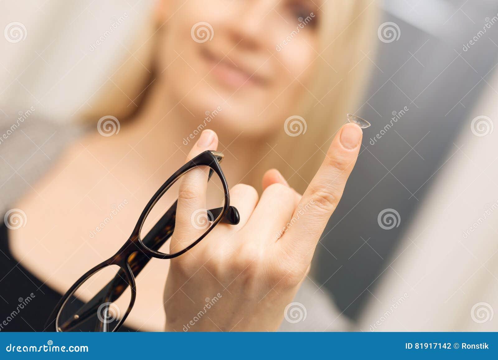 Cuidado del ojo - opción entre los vidrios y los contactos