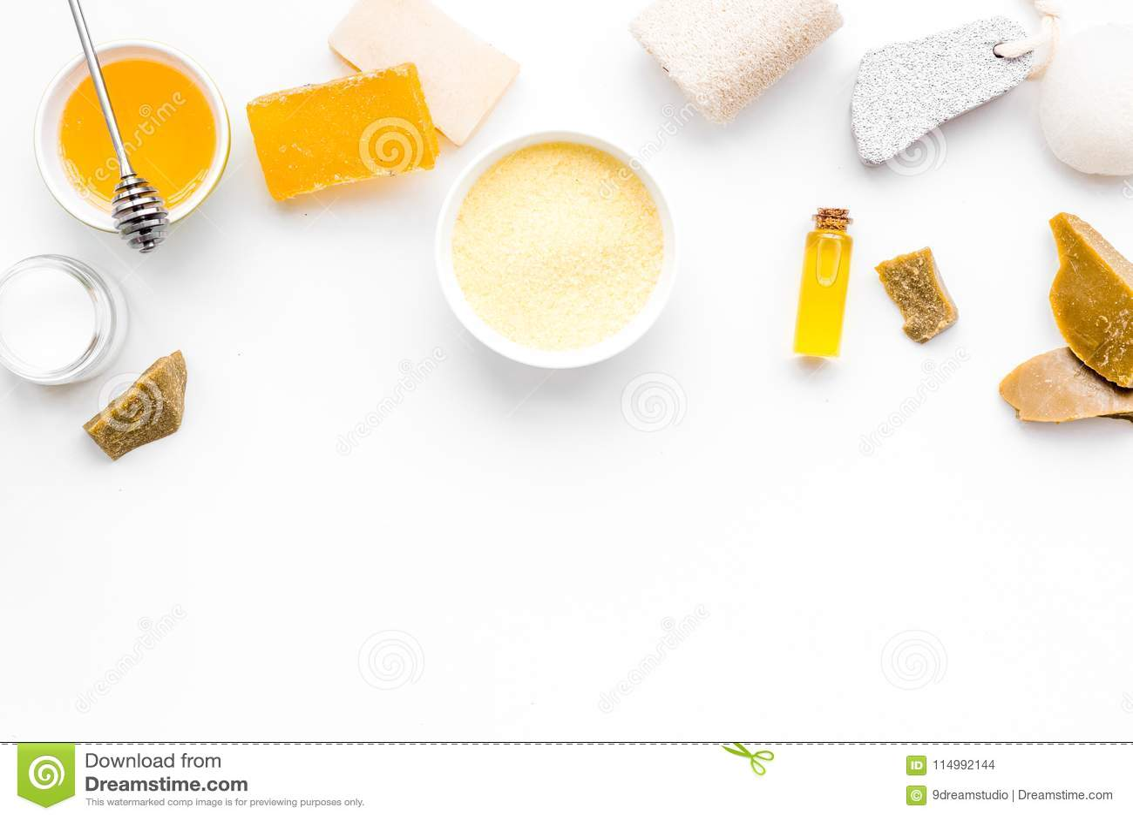 Cuidado del theraphy aromático y de piel delicada Sistema del balneario basado en la miel en el espacio blanco de la copia de la