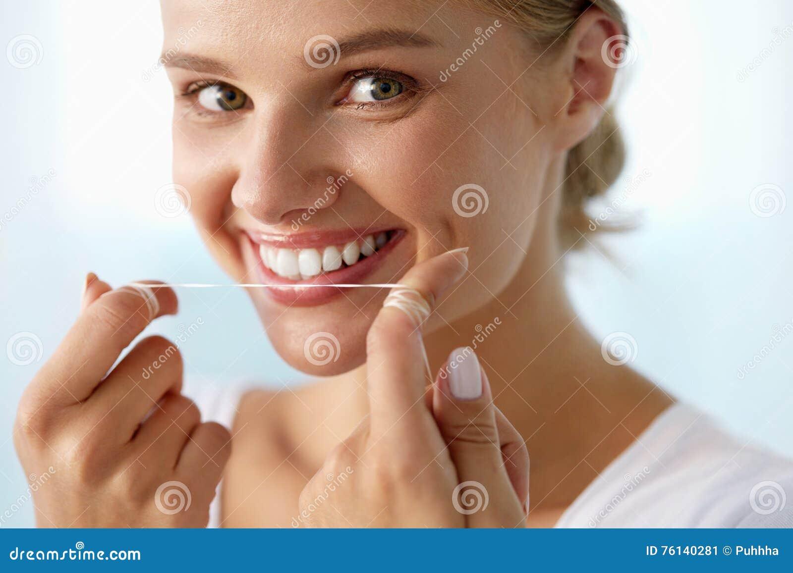 e94d510d6 Cuidado dental Retrato do close up da jovem mulher de sorriso feliz bonita  com limpeza perfeita do sorriso