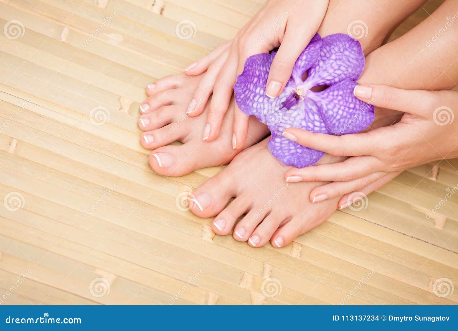 Cuidado para la piel y los clavos hermosos de la mujer Pedicure y manicura