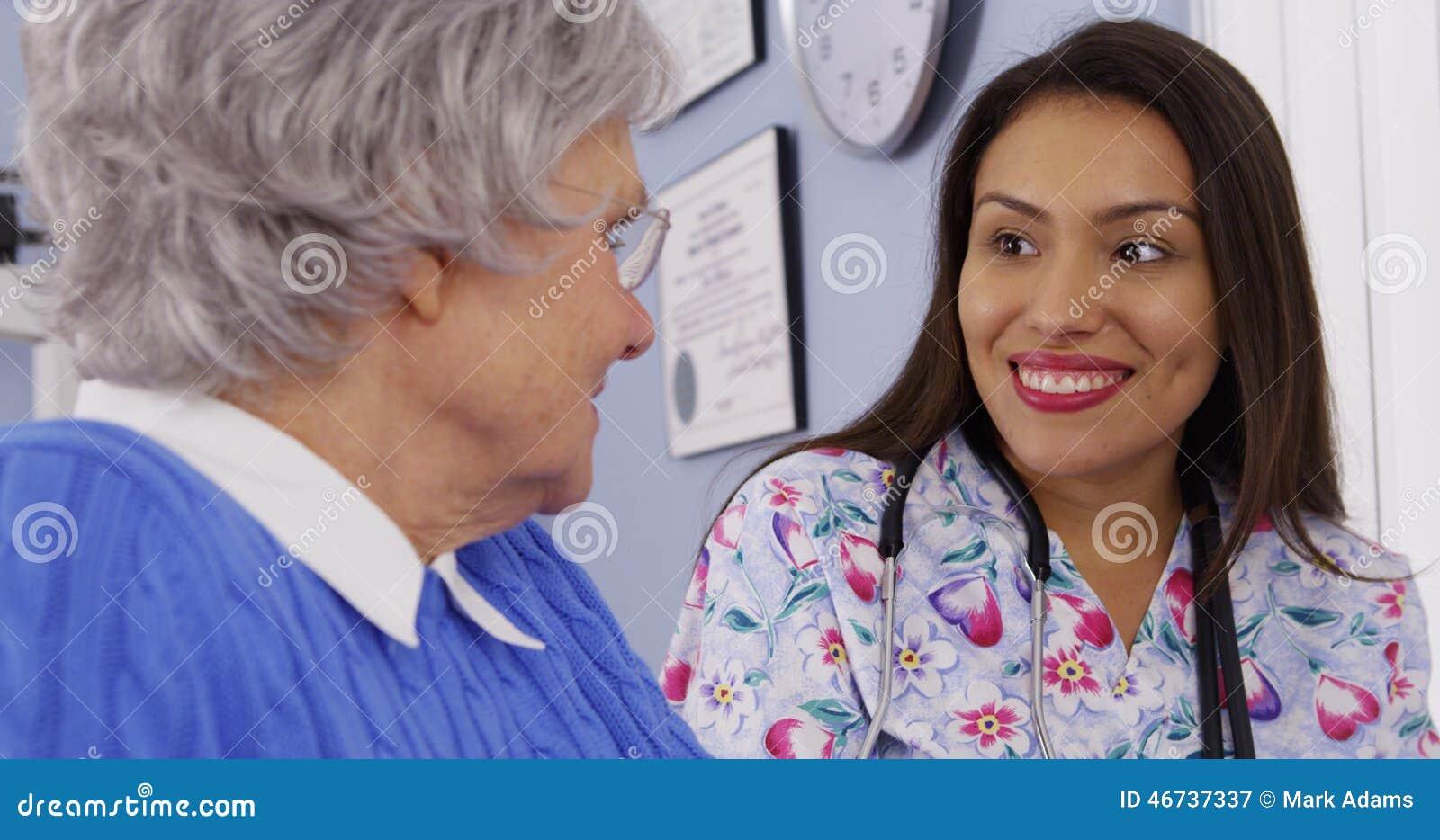 Cuidador e paciente superior que falam junto