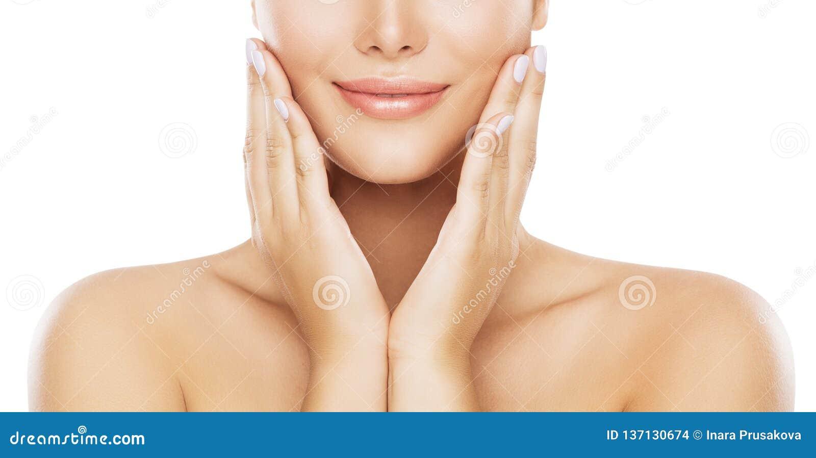 Cuidados com a pele da cara da beleza, mordente hidratando pelas mãos, modelo novo da mulher no branco