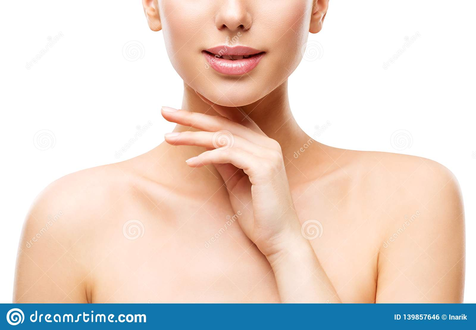 Cuidados com a pele naturais da beleza, mulher que toca na cara à mão, moça no branco