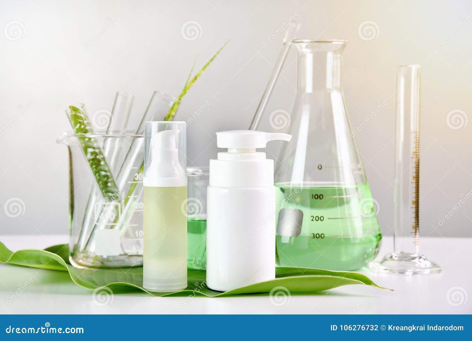 Cuidados com a pele naturais, descoberta orgânica erval verde do produto de beleza no laboratório de ciência