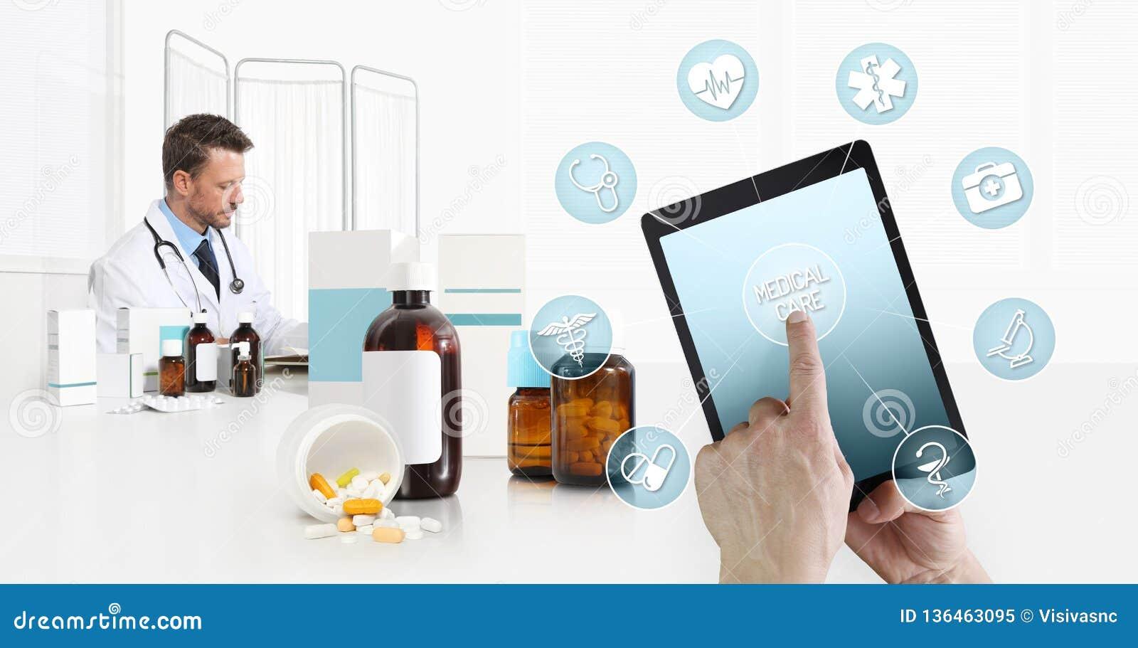 Cuidados médicos do Internet e médico em dispositivos móveis consulta, tela táctil da mão na tabuleta digital com símbolos, douto