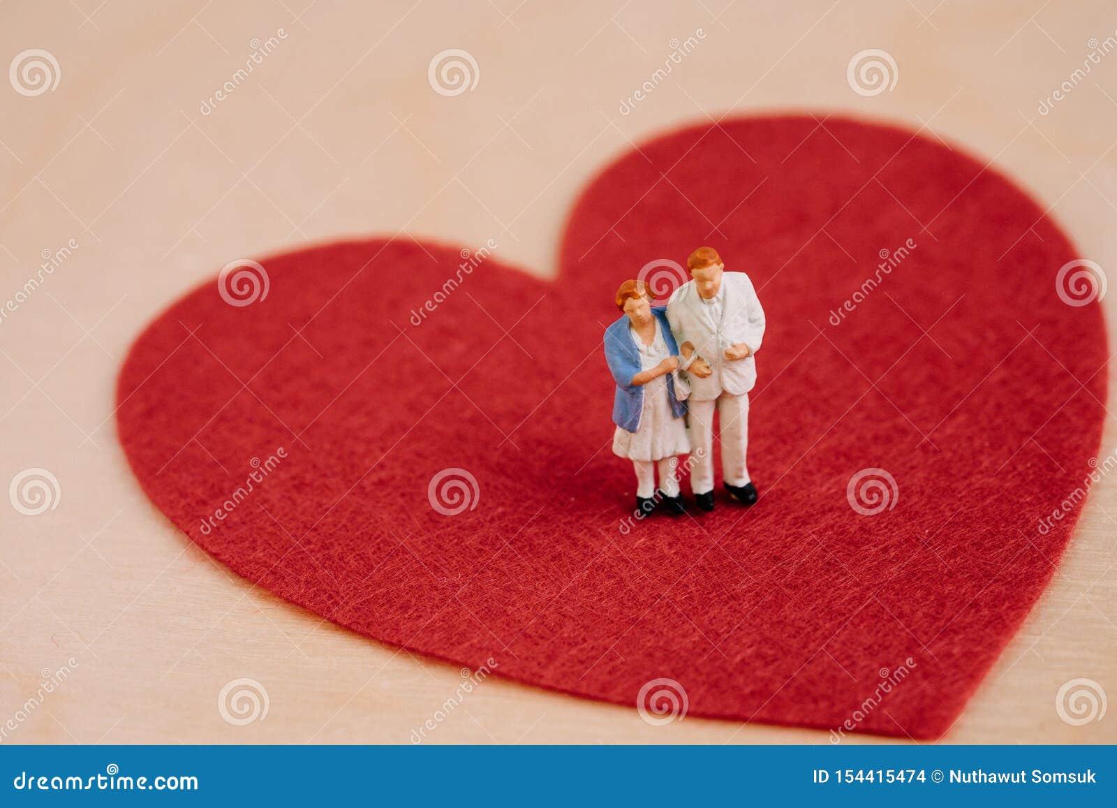 Cuidados médicos idosos superiores, cuidador ou conceito feliz da aposentadoria, homem dos pares dos povos diminutos e idoso feli