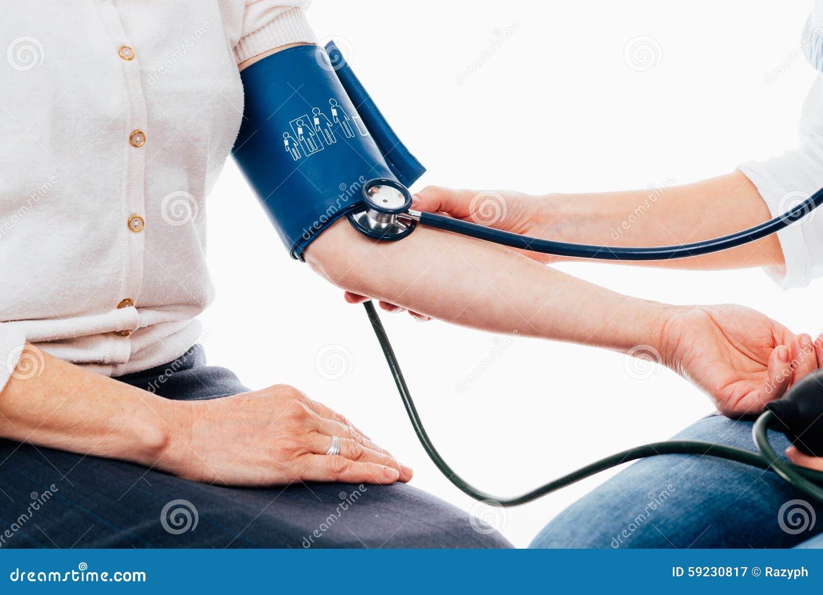 Cuide la comprobación de pulso de un paciente que usa el estetoscopio