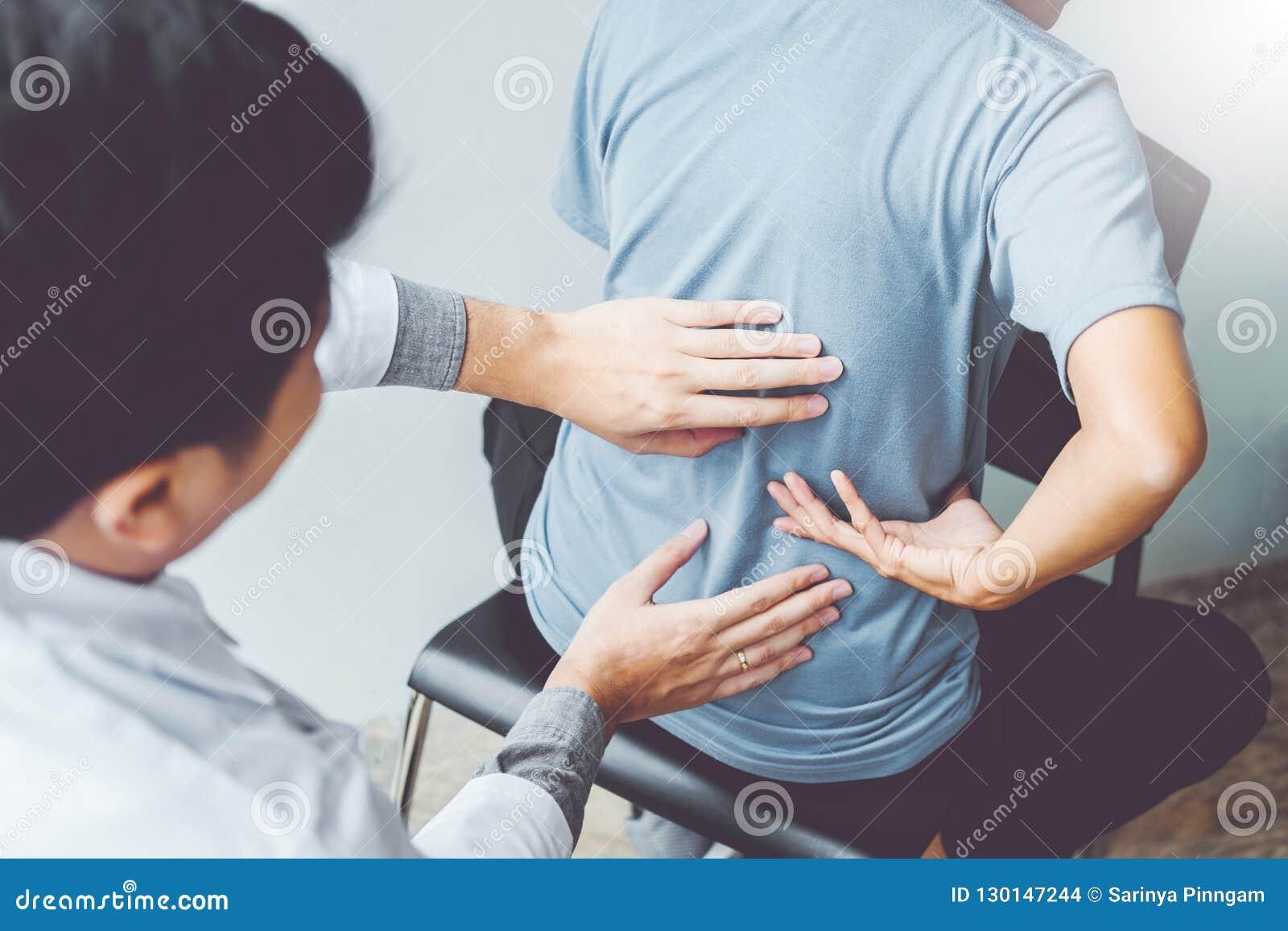Cuide la consulta con la terapia física paciente co de los problemas traseros