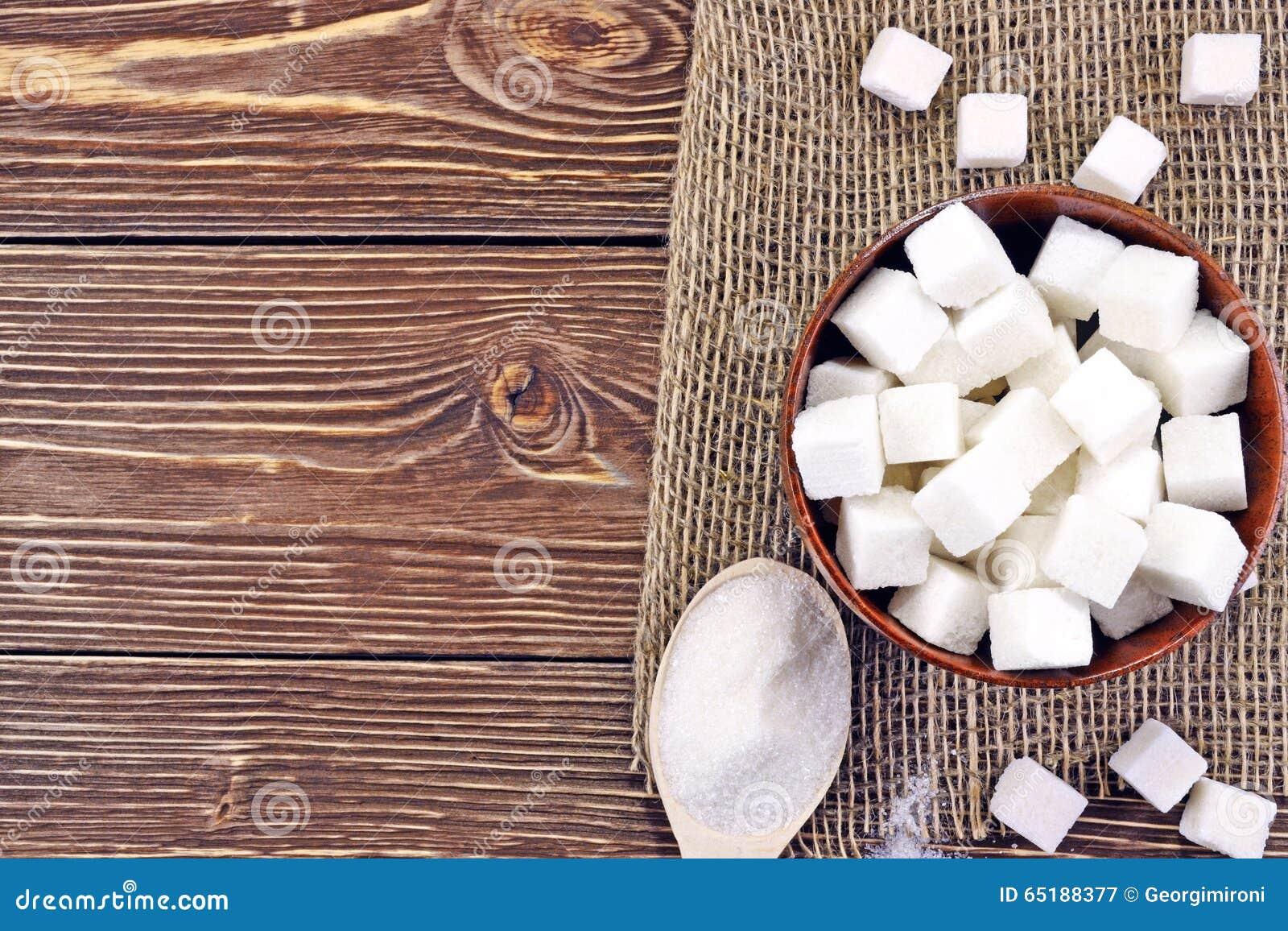 Cuillère avec du sucre sur la table