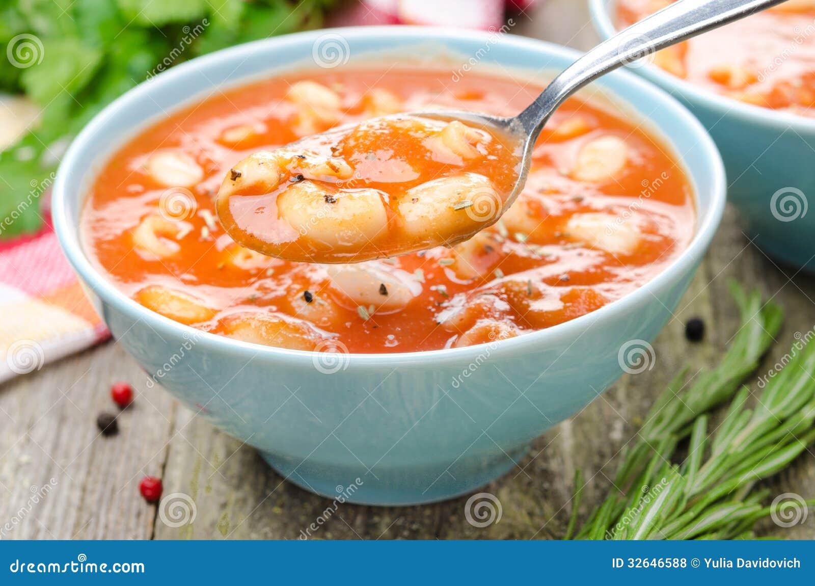 cuill 232 re de soupe 224 tomate avec des p 226 tes des haricots blancs et le romarin photo stock image