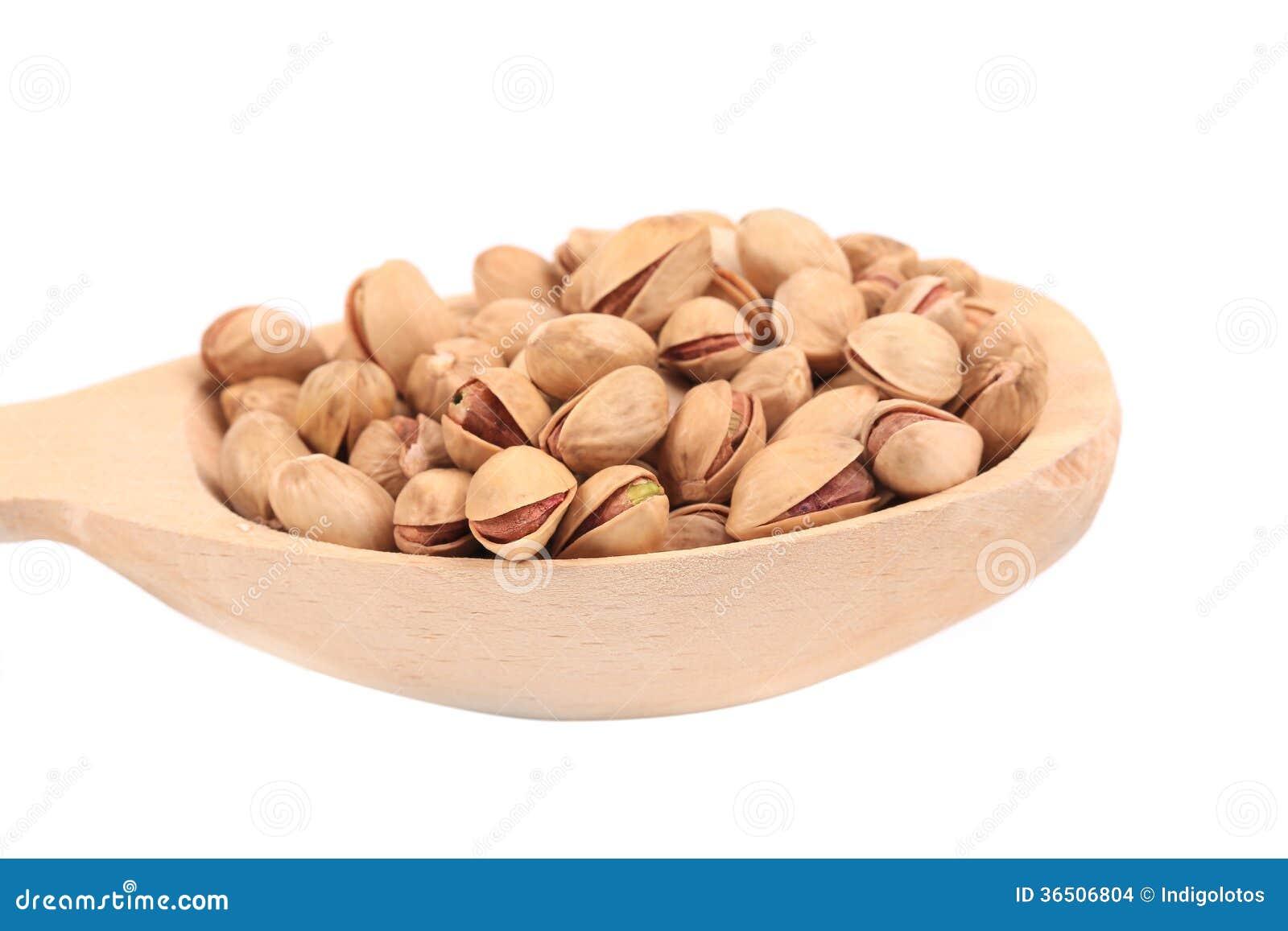 Cuillère en bois avec des pistaches.