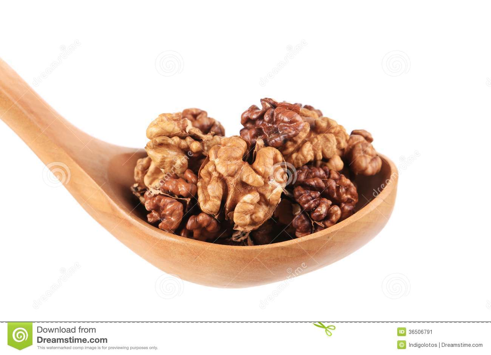 Cuillère en bois complètement avec des noix.