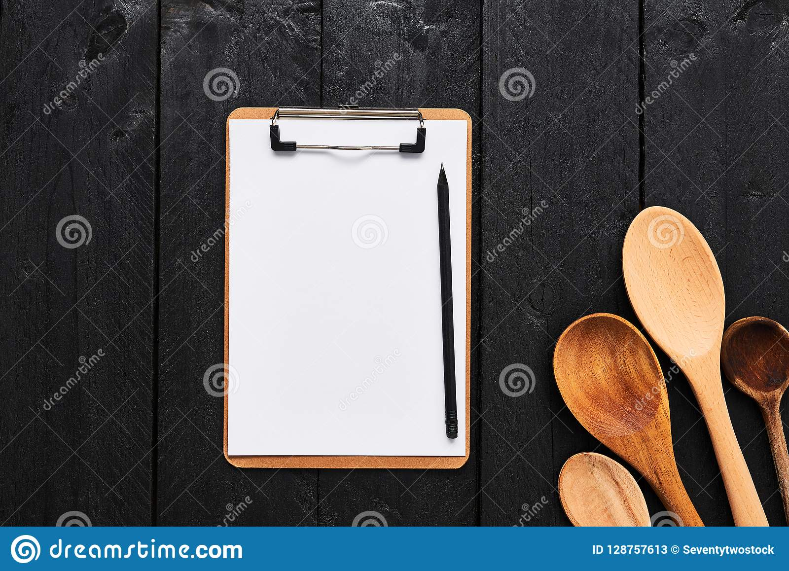 Cuillères en bois avec le presse-papiers vide de carton pour le menu