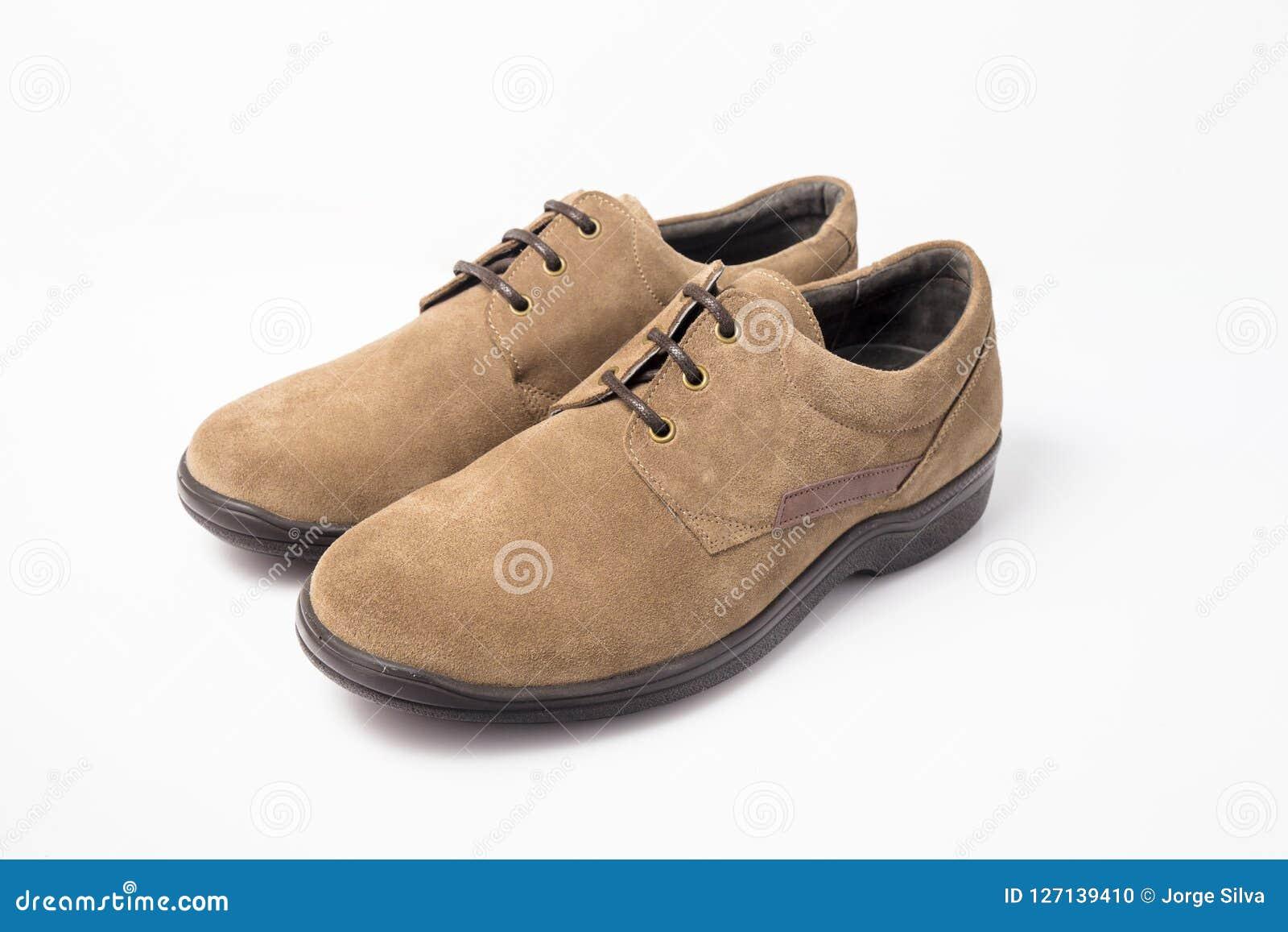 4aba4237d4ce Cuir de chaussures masculin de Brown sur le fond blanc, produit d'isolement