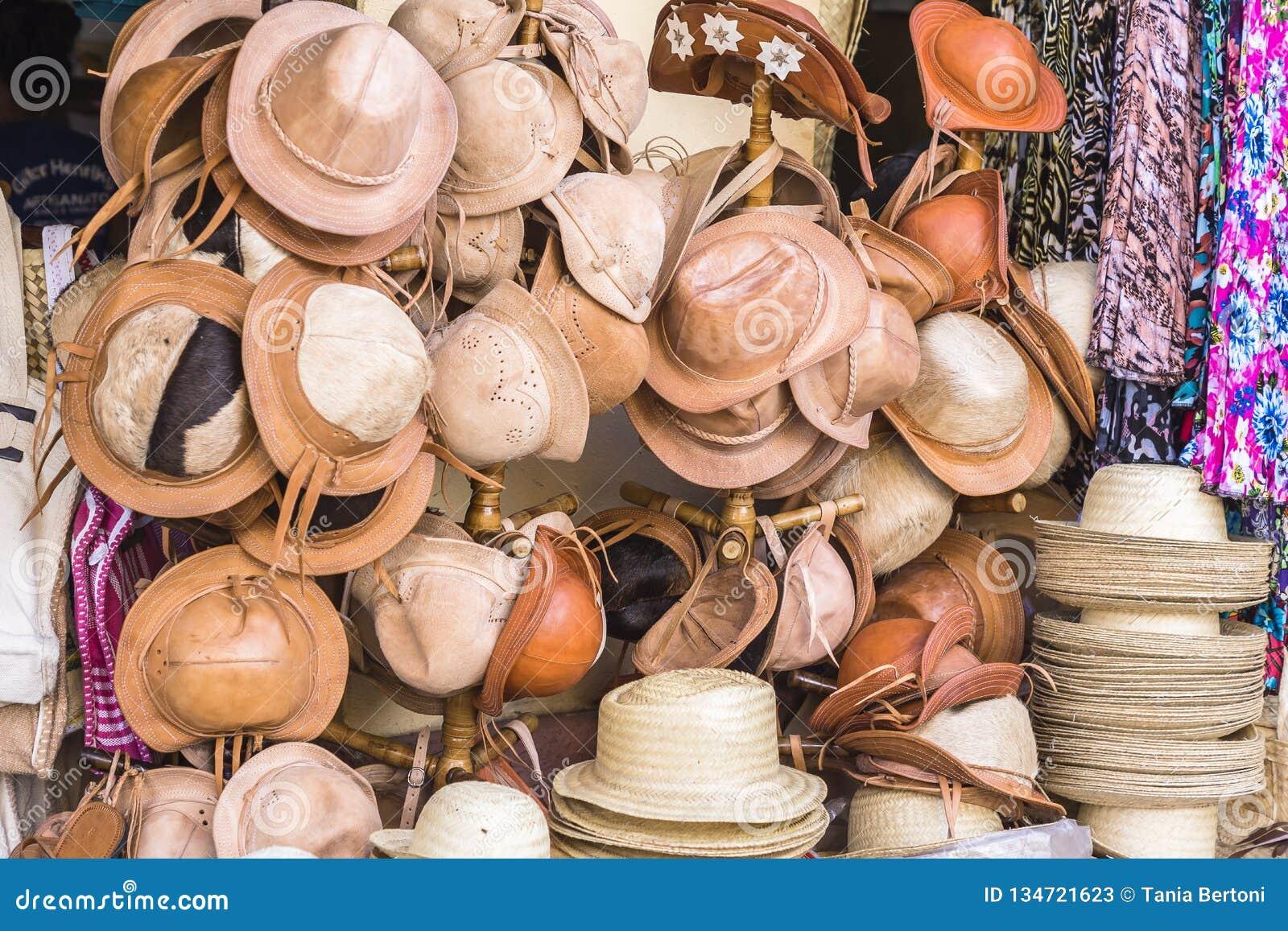 Cuir et chapeaux de paille dans le magasin Brésil de métier