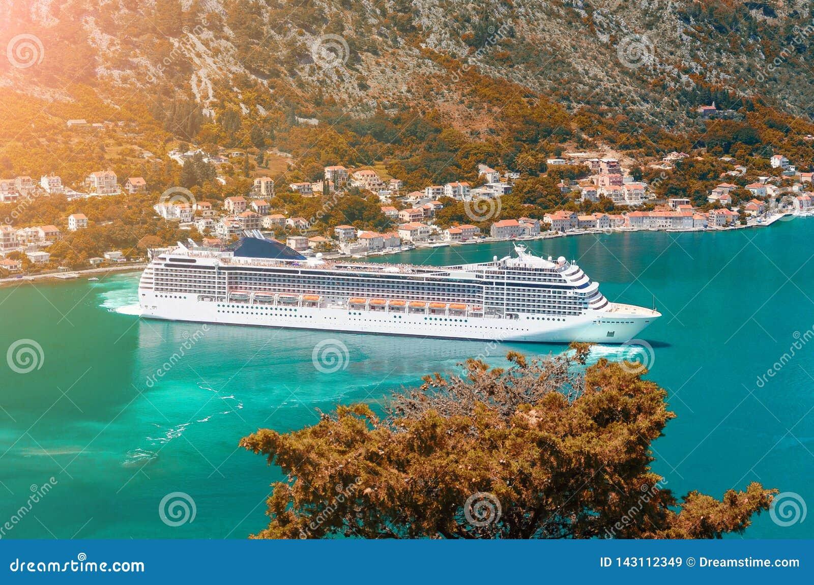 Cuise skepp som lämnar turkosvattnet av den Kotor fjärden Montenegro