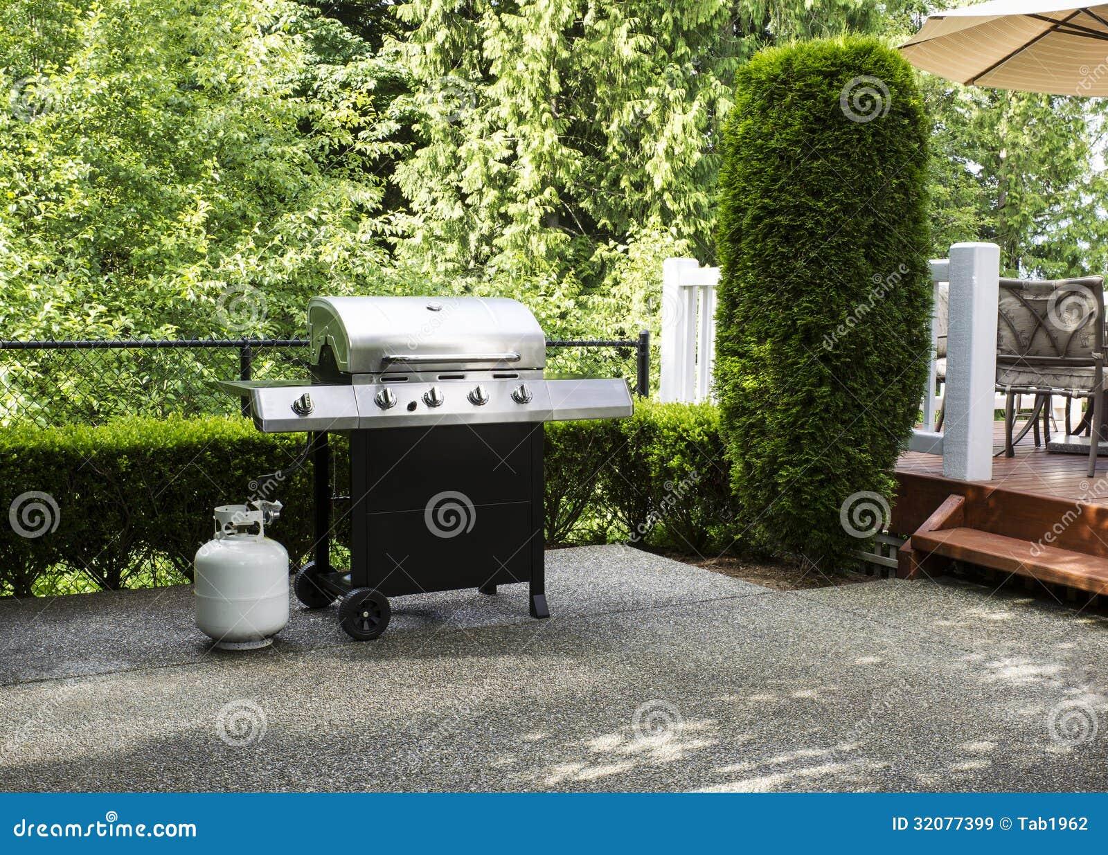 Cuiseur ext rieur sur le patio de chambre images libres de for Patio exterieur arriere