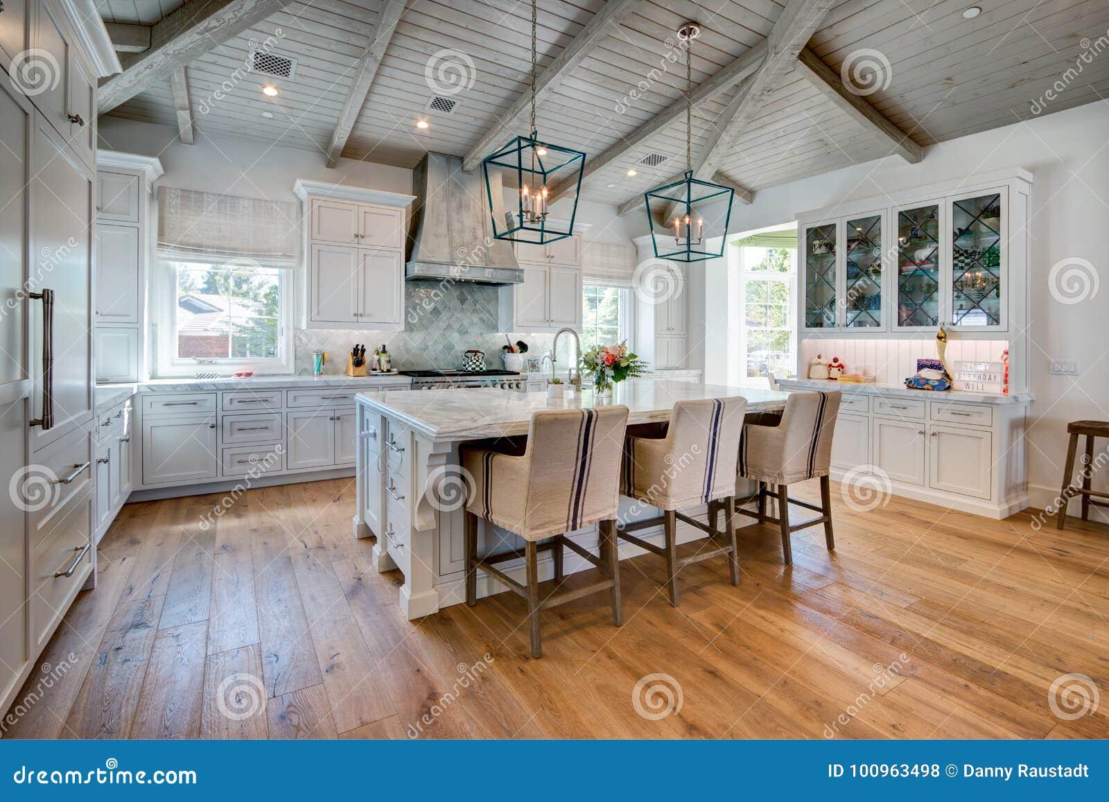 Cuisine à la maison moderne lumineuse énorme