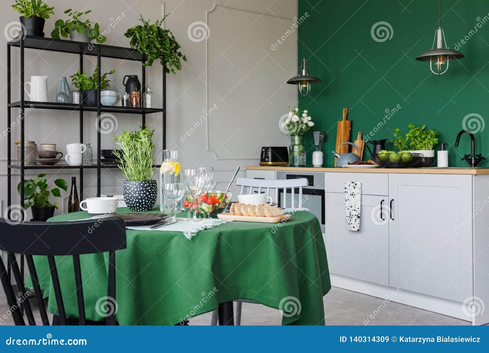 Cuisine la mode avec la table de salle manger avec l 39 ensemble vert de nappe pour le d ner - Cuisine a la mode ...