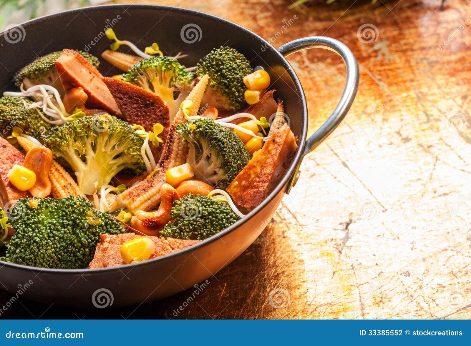 cuisine asiatique avec les l gumes saisonniers dans un wok photographie stock image 33385552. Black Bedroom Furniture Sets. Home Design Ideas