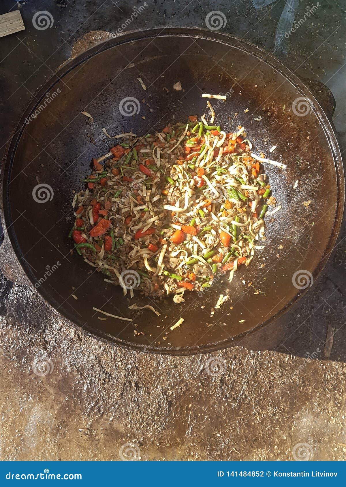 Cuisine asiatique centrale - vue supérieure de potage épais cuit chaud d agneau et de légumes dans le chaudron de fonte