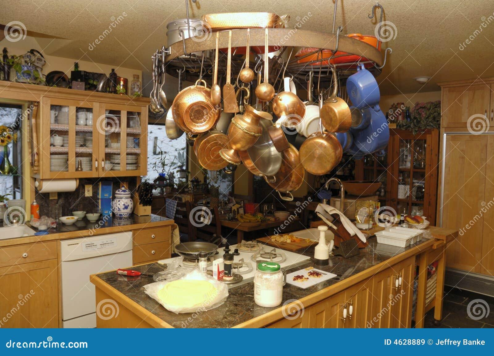 cuisine avec l'île et la roue images libres de droits - image: 4628889