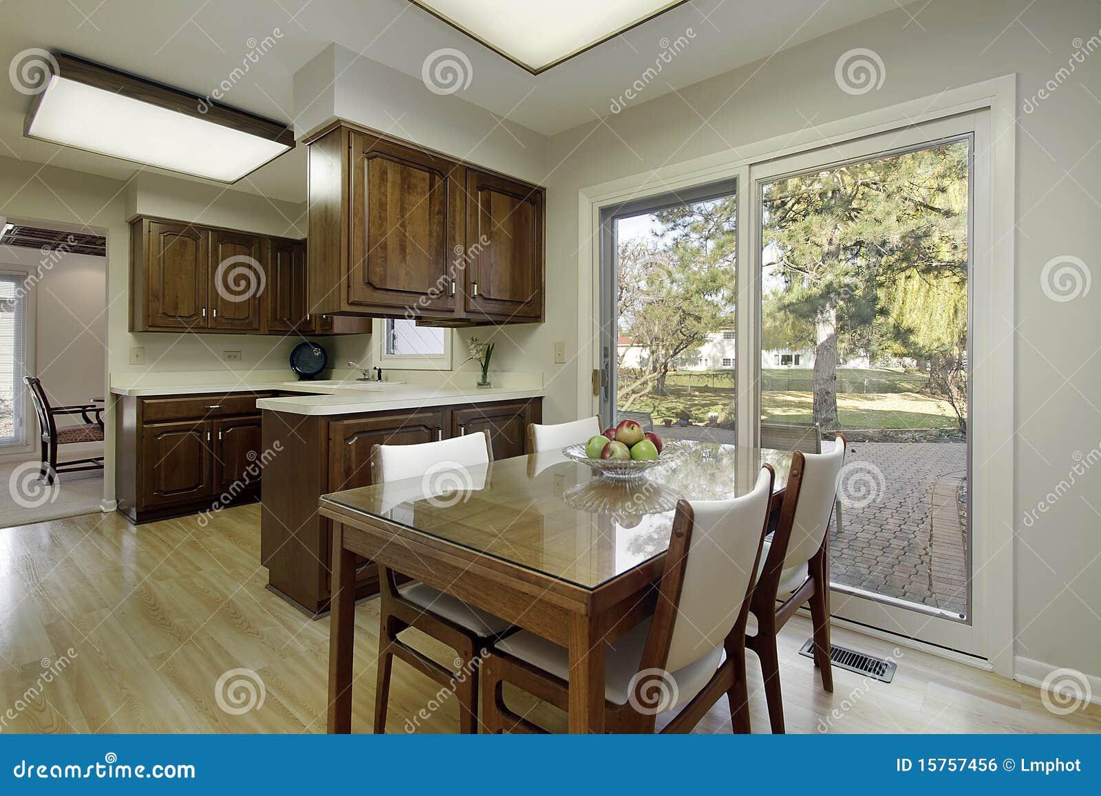 Cuisine avec le cabinetry en bois foncé
